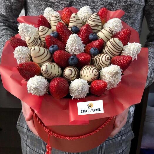 Коробка с клубникой в 3х видах шоколада
