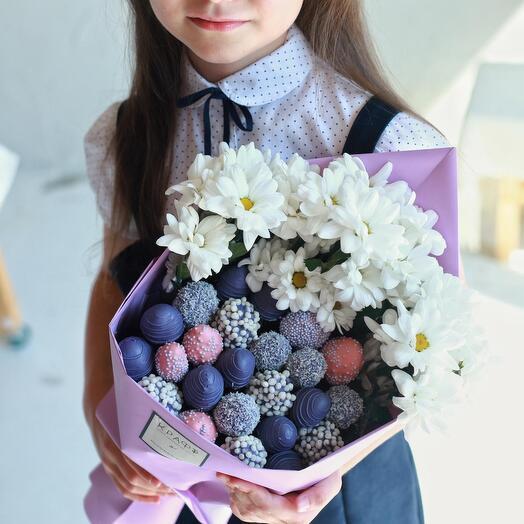 Букет к 1 сентября- хризантемы, клубника в шоколаде