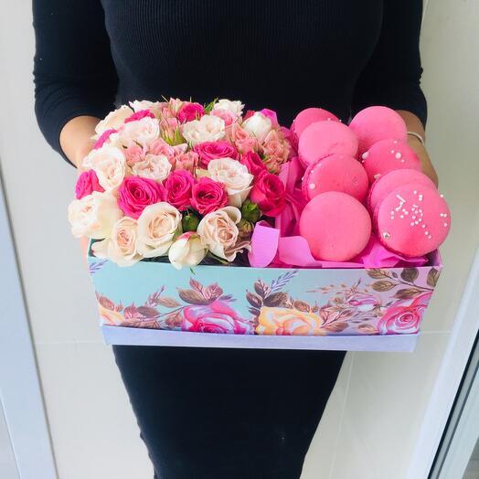 Коробочка из кустовых роз и макарунс