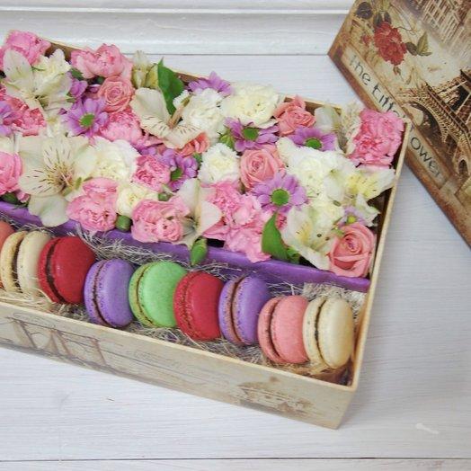Коробка с макарунами и цветами Шампань
