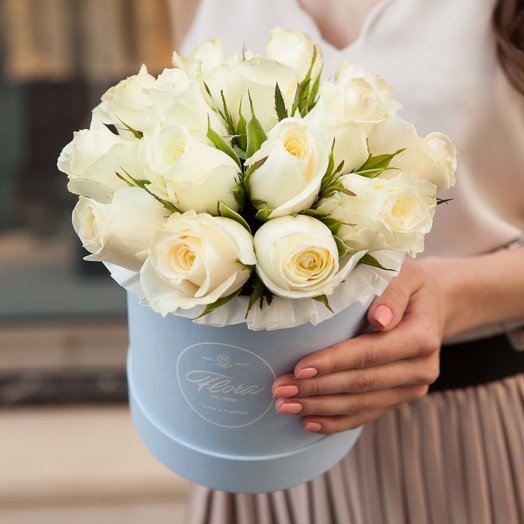 Белые розы White Kenya в шляпной коробке Demi BLUE