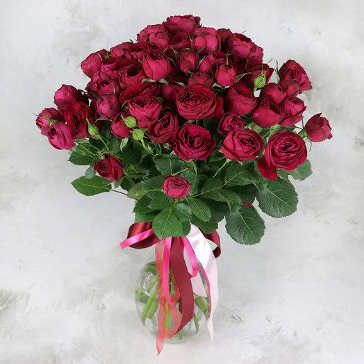 Букет из 15 красных пионовидных кустовых роз в крафте: букеты цветов на заказ Flowwow