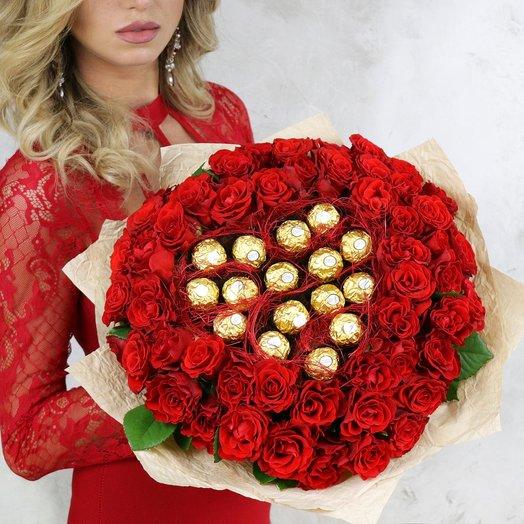 Букет из красных роз с конфетами: букеты цветов на заказ Flowwow