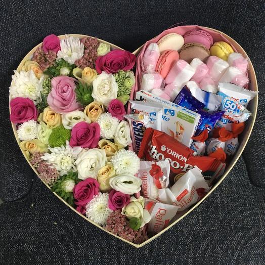 Огромная коробочка с цветами и сладостями: букеты цветов на заказ Flowwow