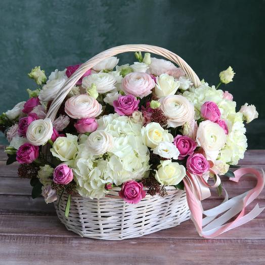 Корзина с изысканными цветами: букеты цветов на заказ Flowwow