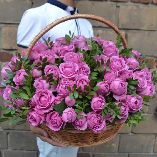 Пионовидная роза в корзине