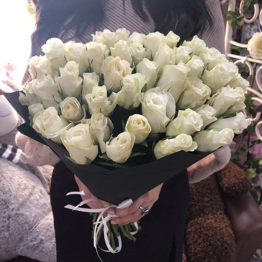 45 белых роз в чёрном крафте: букеты цветов на заказ Flowwow