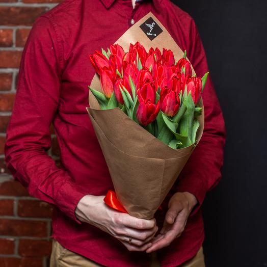 25 красных тюльпанов премиум в крафте: букеты цветов на заказ Flowwow