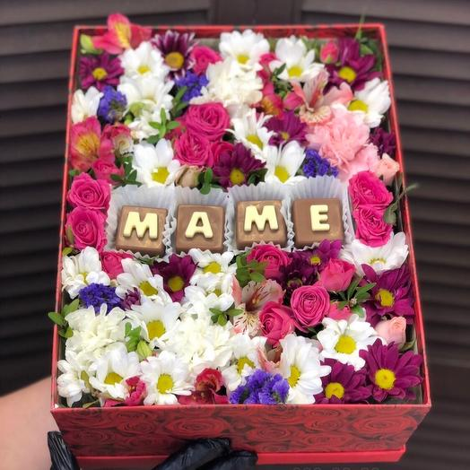 Цветочная коробка с шоколадными буквами