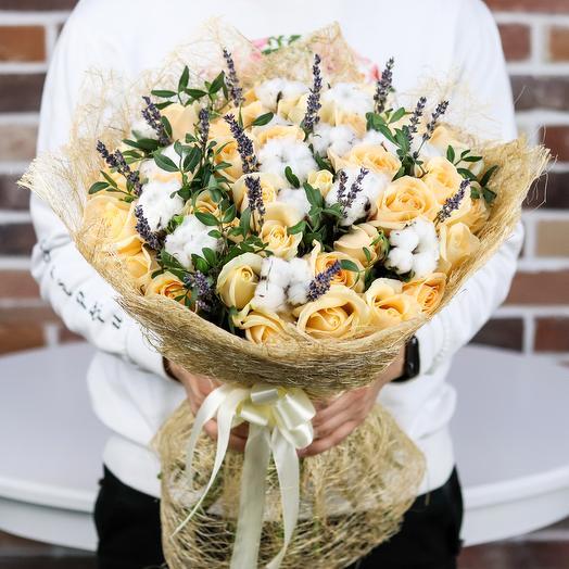Букет из кремовой розы и сухоцвета. N834