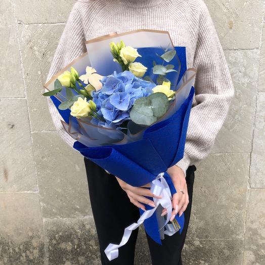 Букет с синей гортензией и эвкалиптом