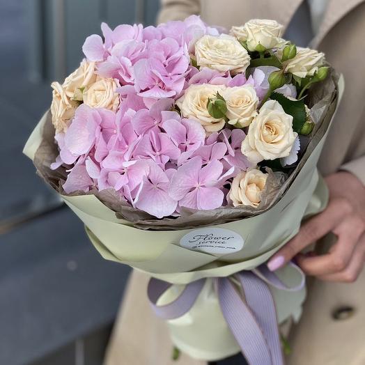 Букет из гортензии и кустовоых роз Тэйлор