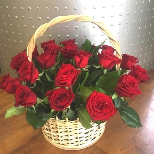 35 красных роз в корзине с зеленью