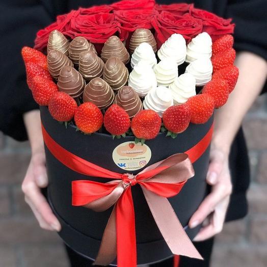 Клубника и цветы в шляпной коробке