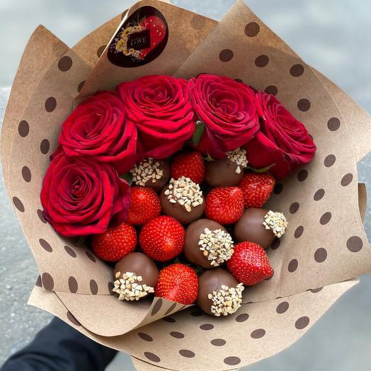 Букет из клубники в шоколаде и 5 роз