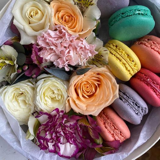 Цветы в коробке + макарунсы