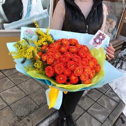 Пышный букет с розами кустовыми