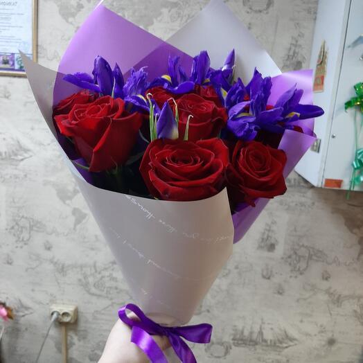Красные розы с ирисами
