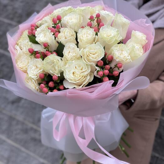 Букет Классика с акцентом из белых роз и гиперикума