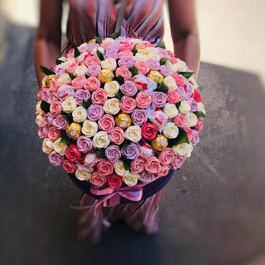 Шоколадные розы в шляпной коробке с конфетами