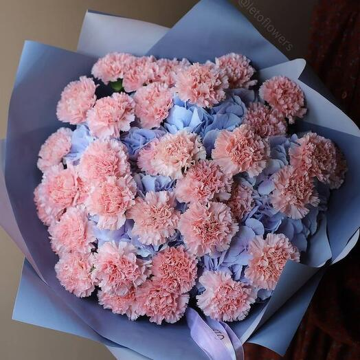 An airy combination of blue hydrangeas and soft pink carnations