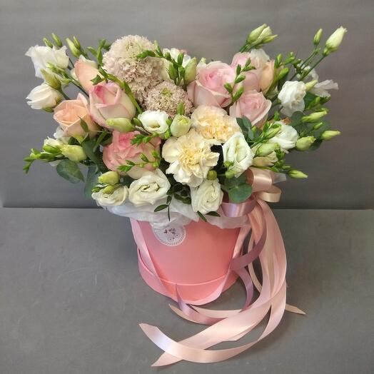 Коробка с розами и скабиозой