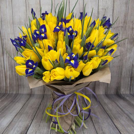 """Букет """"Яркое настроение"""" и ирисов и тюльпанов: букеты цветов на заказ Flowwow"""