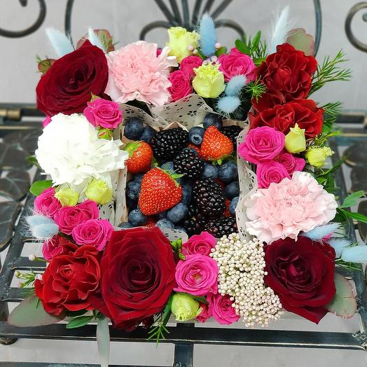 Композиция из роз, гвоздик, лагуруса с фруктами: букеты цветов на заказ Flowwow
