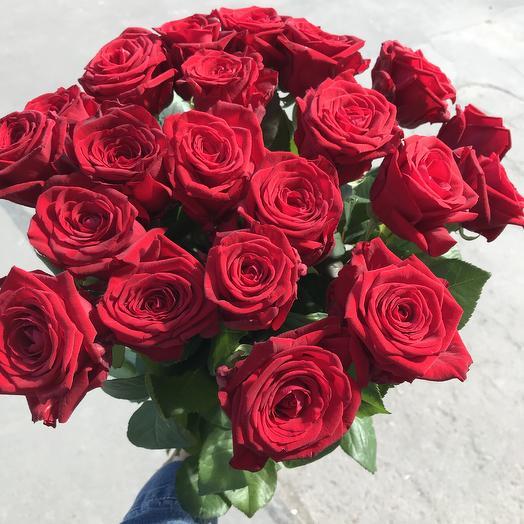 Букет из 21 красной розы в крафте