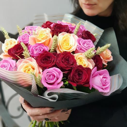 Букет из разноцветных роз с пшеницей Романтика в простом
