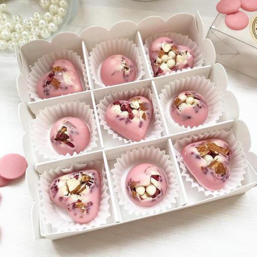 «Нежность» конфетки из клубничного шоколада с наполнением из малины, миндаля и хрустящих шариков три шоколада