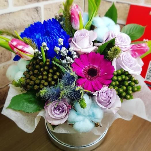 Розы, тюльпаны, хризантема в шляпной коробке