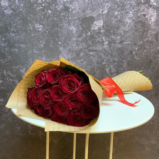 15 алых роз в крафте