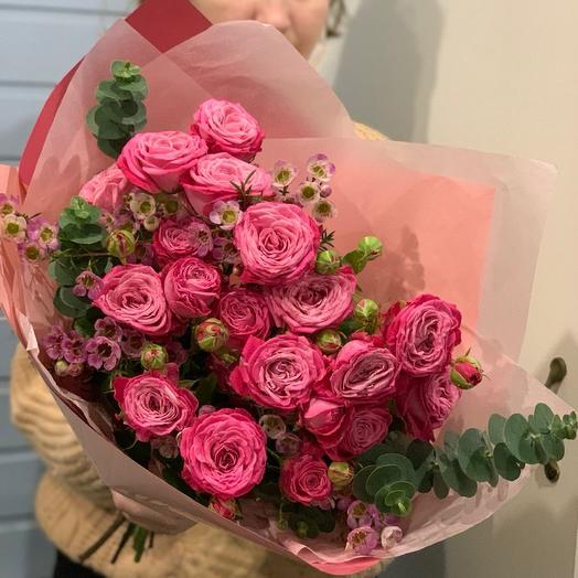 Букет из самых свежих пионовидных роз с эвкалиптом