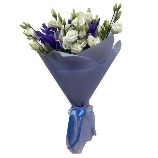 Bouquet of irises and lisianthus (Eustoma)