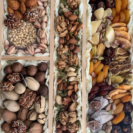 Набор из орехов и сухофруктов