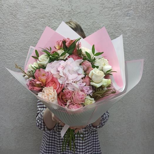 Красивый с гортензией и ассорти цветов