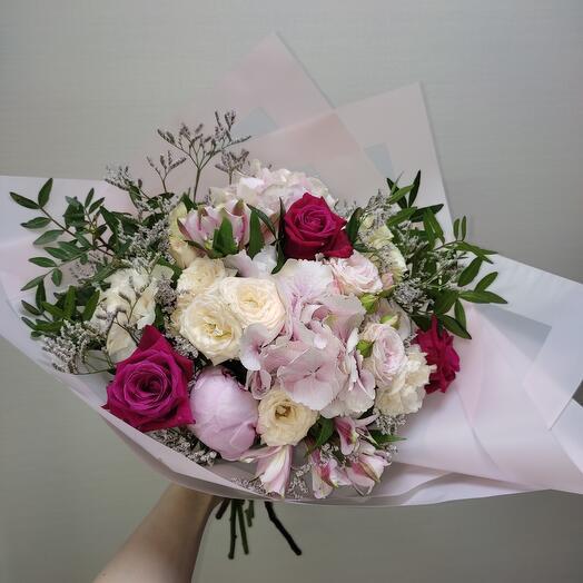Праздничный букет с пионом, гортензией и розами