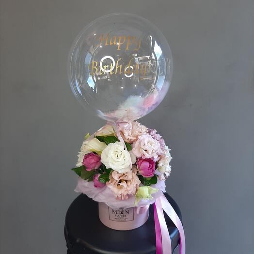 Коробка с цветами и шаром баблс с перьями и надписью