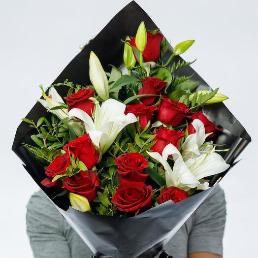 Траурный букет из роз и лилий