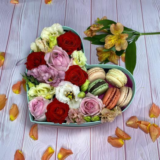 Коробка сердце с нежными цветами и макарунами
