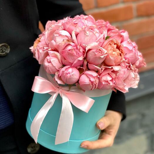 11 пионовидных кустовых роз в шляпной коробке