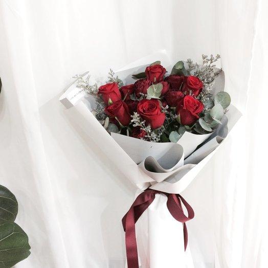 Красные розы и эвкалипт в крафте: букеты цветов на заказ Flowwow