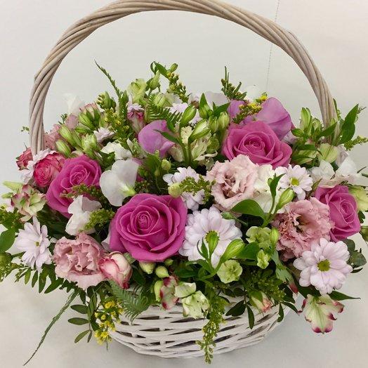 Большая корзина с розой, альстромерией, хризантемой и латирусом