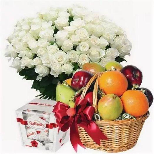 "Набор ""101 белая роза, Рафаэлло 150 гр, корзинка фруктов"". Код 180077: букеты цветов на заказ Flowwow"