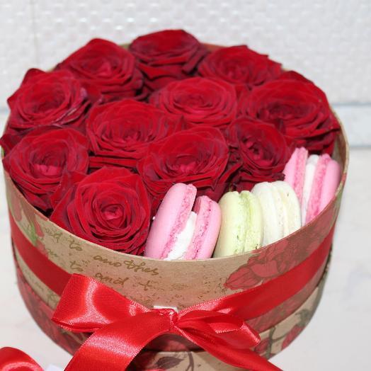 Красные розы с макарунсами