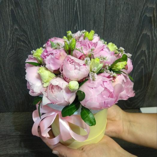 Мини коробочка с пионами, эустомой и лимониумом: букеты цветов на заказ Flowwow