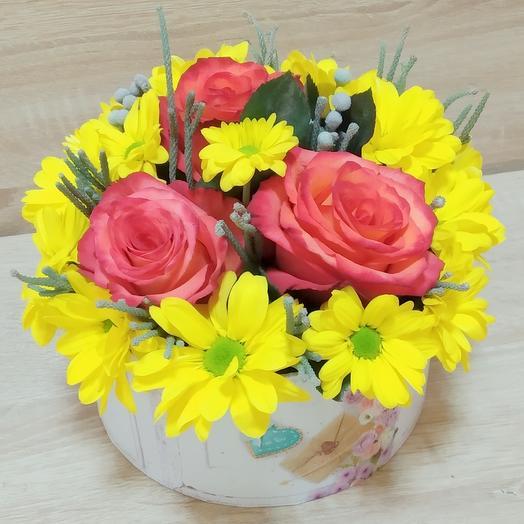 Коробка с оранжевыми розами и желтой хризантемой