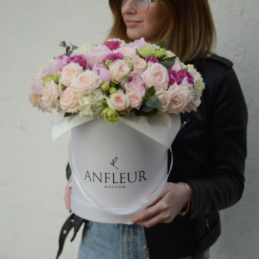 Шляпная коробка с пионовидными розами, пионами и эустомой: букеты цветов на заказ Flowwow