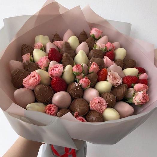 Букет из клубники в шоколаде с кустовыми розами: букеты цветов на заказ Flowwow